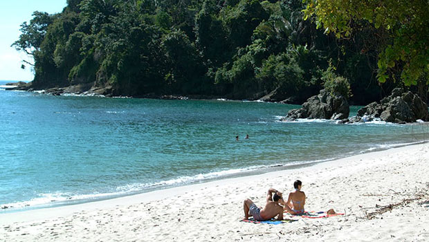 beach-honeymoon-in-costa-rica-photo1